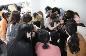 学化妆应该怎样选择化妆学校呢?